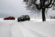 Zasněžené silnice v okolí Senetářova a Vilémovic.