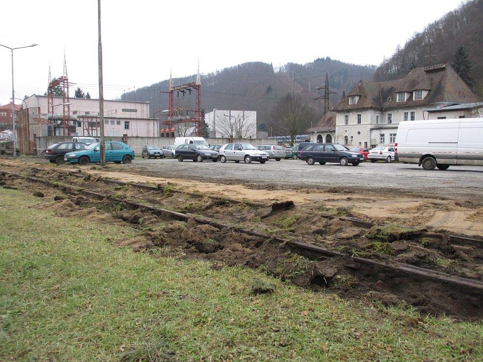 Tak to v těchto dnech vypadá na adamovském náměstí Práce. Dělníci tam začali s terénními úpravami. Na nevzhledné štěrkové ploše budou stromy, lavičky a nový žulový chodník. Hotovo má být v červnu.