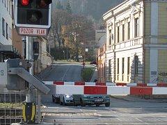 Vlaky zastavují ve stanici Blansko-město dál. Neblokují závory.