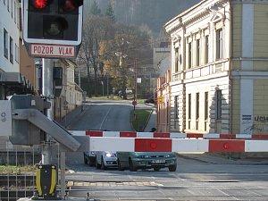 Konec kolon. Vlaky zastavují ve stanici dál a neblokují závory u přejezdu