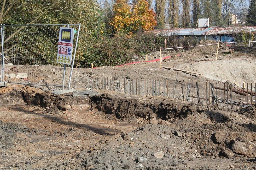 Na Sportovním ostrově Ludvíka Daňka v Blansku bude nové parkoviště pro víc než osmdesát aut. A opravená příjezdová cesta. Dělníci se pustí i do přestavby zchátralé ubytovny. FOTO: VERONIKA NOVÁKOVÁ
