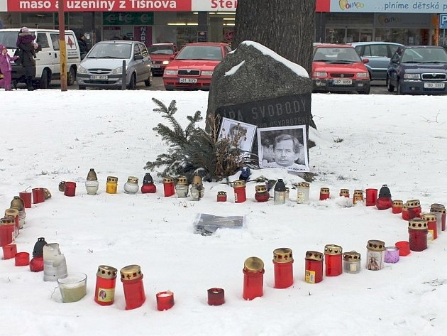 Před lípou svobody v parku poblíž blanenské radnice hoří svíčky. Jsou poskládány do tvaru srdce. Poblíž nich jsou umístěné fotky Václava Havla a Jana Palacha.