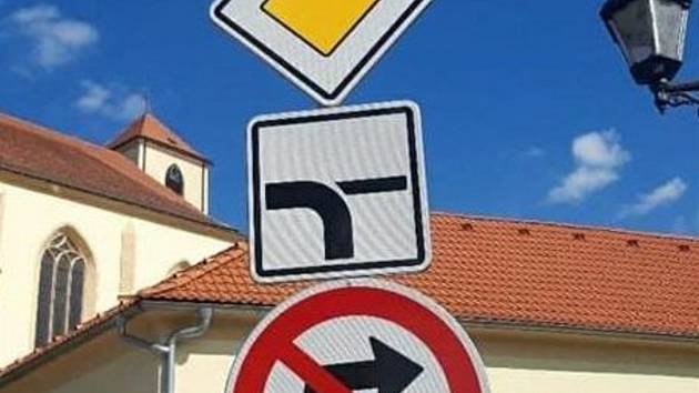 S novým značením a předností v jízdě musejí počítat řidiči na křižovatce u farské zahrady.