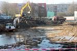 Těžká technika před boskovickou základní školou v ulici Slovákova odbagrovala tuny zeminy. Na dně výkopu se objevila voda.