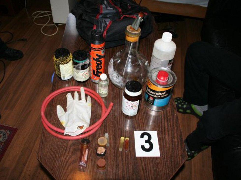 Při sedmi domovních prohlídkách policisté objevili dvě varny tvrdých drog   Zdroj: Policie ČR