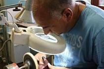 Výrobě dýmek se Karel Krška z Drnovic věnuje již  sedmadvacet let.