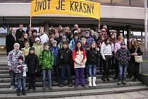 Děti z Kunštátské školy na premiéře dokumentu Nickyho rodina.