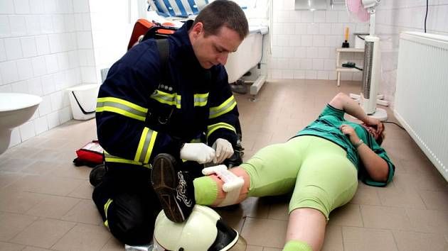 První zdravotnickou pomoc dostali zranění od hasičů.