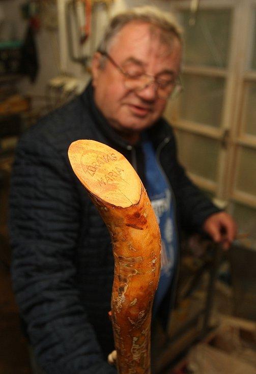 Ze Křtin půjdou lidé s dřevěnými křížky, které pro ně ručně vyrobí Miroslav Kučera (na snímku) z nedalekého Adamova. Pro poutníky z třešňové větve udělá i pastýřskou hůl s křížem.
