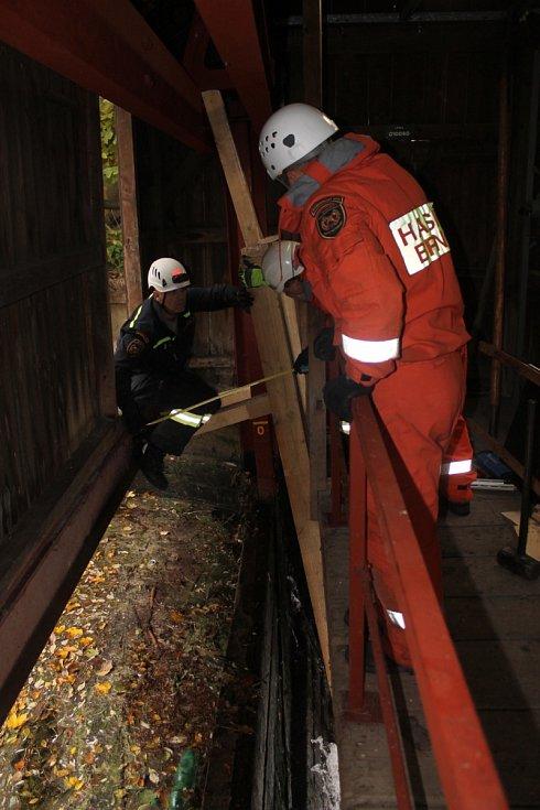 V letovickém průmyslovém areálu zasahovali hasiči u poškozeného stavidla na řece Svitavě.