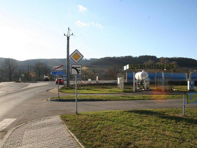 Nová silnice a protihluková stěna u Ráječka