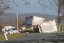 Kvůli silným poryvům větru bourala nedaleko čerpací stanice v Krhově dvě nákladní auta.