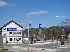 Nové autobusové nádraží stále čeká na cestující.