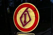 Policisté dopadli osmnáctiletého sprejera. V ulicích Letovic maloval vulgární obrazce. Škoda je přes třicet tisíc.