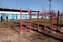 Workoutové hřiště staví dělníci vedle baseballového hřiště na Sportovním ostrově v Blansku. Hotové bude do konce dubna. Blanenští ho chtějí v příštích letech doplnit dalšími herními prvky a proměnit jej v multifunkční prostor.