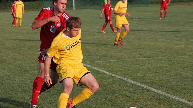 Fotbalisté Boskovic (v červeném) vyhráli 7:2 v Bořitově.