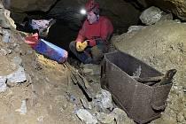 V krasu uklidili odpad. V okolí silnic i v jeskyních.