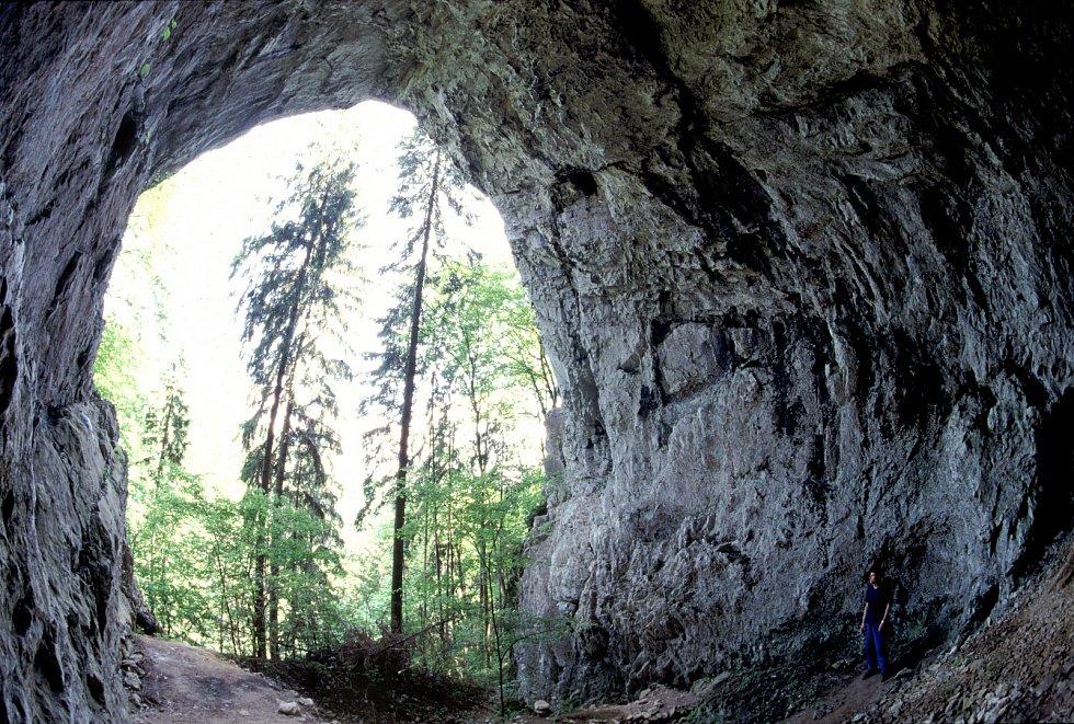 Portál Rytířské jeskyně v Moravském krasu.