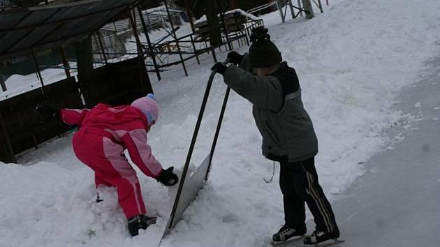 V Rájci-Jestřebí si lidé zabruslí hned na třech kluzištích. V ledovou plochu se proměnilo třeba hřiště pro malou kopanou. To stojí za sokolovnou.