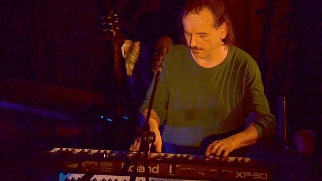 Před publikem v letovickém kulturním domě ve středu večer vystoupil zpěvák, textař, skladatel a hráč na několik hudebních nástrojů Vlasta Redl se svojí kapelou.