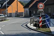 Informativní dopravní značky s textem upozorňují řidiče na sníženou zatížitelnost mostu.