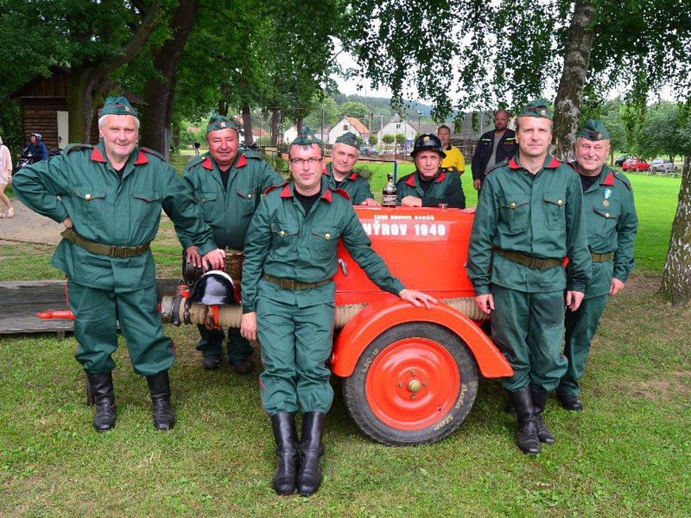 Členové hasičského sboru z Nýrova.