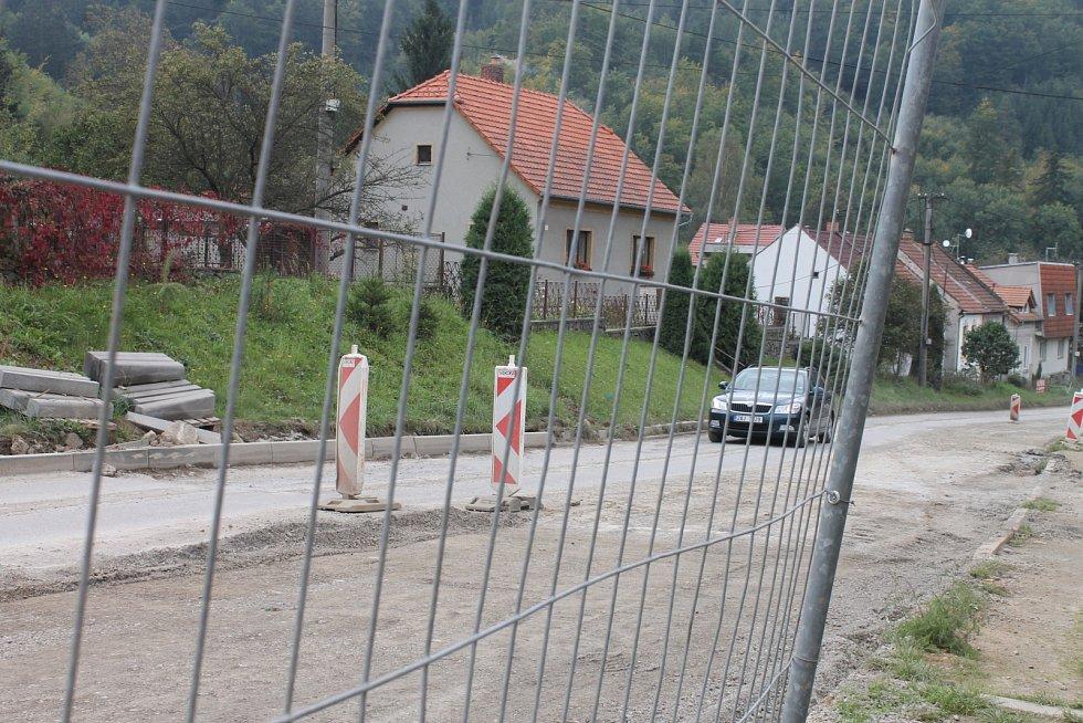 Oprava průtahu v Lažánkách trvá podle místních příliš dlouho, řidiči osobních aut si ale nestěžují.