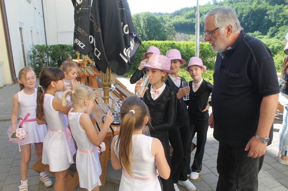 Na Blanensku navštívila v úterý komise soutěže Vesnice roku přihlášené obce. Zavítala i do Křtin, kde pro ně byl připravený speciální program zakončený jarmarkem na místním zámku.