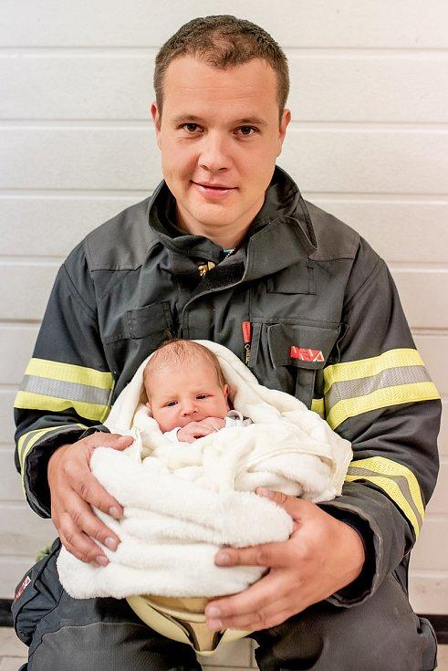 Profesionální hasič Jaroslav Zhoř z Černovic na Blanensku se synem Jaroslavem. Ten se narodil den po požáru lesa, kde jeho otec zasahoval.