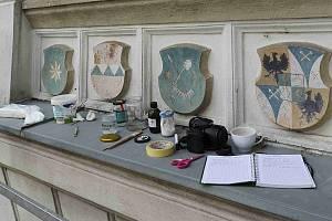 Na zámku v Lysicích obnovuji restaurátoři staré erby.