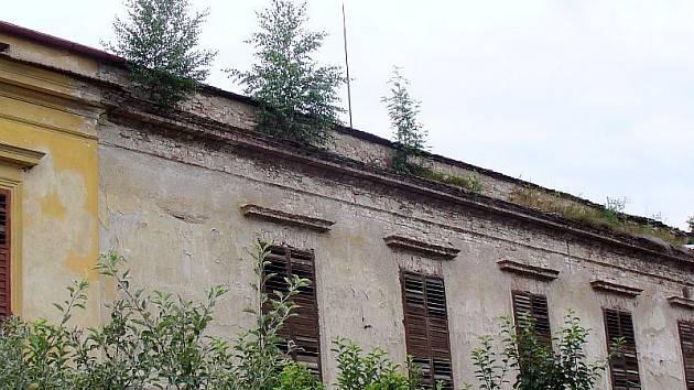 Panský dvůr v Drnovicích má hodně vlastníků. Ti chtějí svůj majetek prodat. To se však už léta nedaří, tak památka chátrá. Památkáři ji zařadili do kategorie 4 – velmi vážný stav.