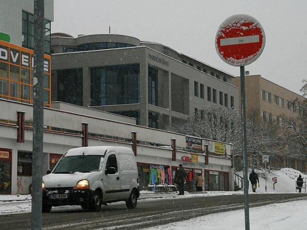 Ulice Blanska zapadly sněhem. Zatímco sněhová nadílka udělá radost zejména dětem a lyžařům motoristé s chodci musejí být ve střehu.