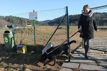 """V Blansku funguje několik let psí hřiště v sídlišti Písečná. """"Chodíme sem s naším labradorem pravidelně. Váží třicet kilo a pustit ho na volno ve městě nemůžeme,"""" řekla Anna z Blanska. Další oplocený výběh postaví Blanenští v sídlišti Sever."""