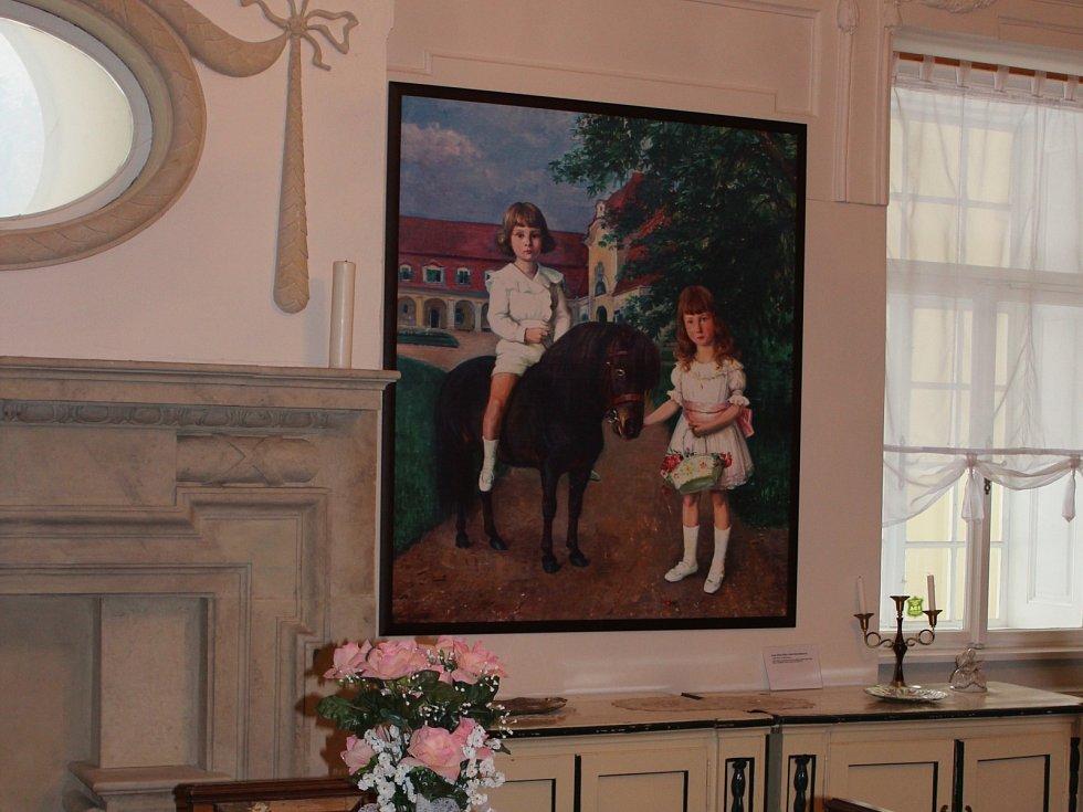 """Kopie obrazu neznámého autora od podzimu visí v knihovně zámku ve Velkých Opatovicích. """"Fotoreplika se povedla, vypadá to krásně, ale originál je originál,"""" je přesvědčena starostka Velkých Opatovic Kateřina Gerbrichová."""
