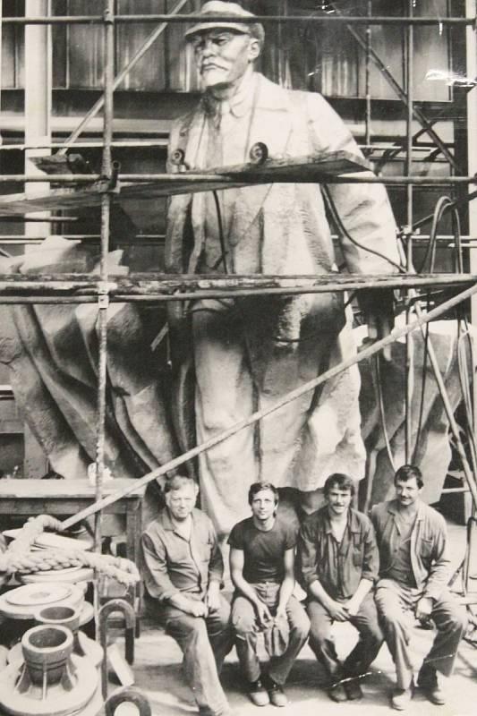 Z BLANSKA DO SEATTLU. Zajímavý osud mělo dílo bulharského sochaře usazeného na Slovensku, Emila Venkova. Bronzovou sochu V. I. Lenina podle jeho návrhu vyrobili také blanenští slévači a v roce 1988 byla nainstalována v Popradu. Později sochu koupil za 13