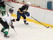 V posledním letošním utkání krajské ligy porazili hokejisté Sokola Březina (černé dresy) na domácím vyškovském ledě HC Štika Rosice 8:2.