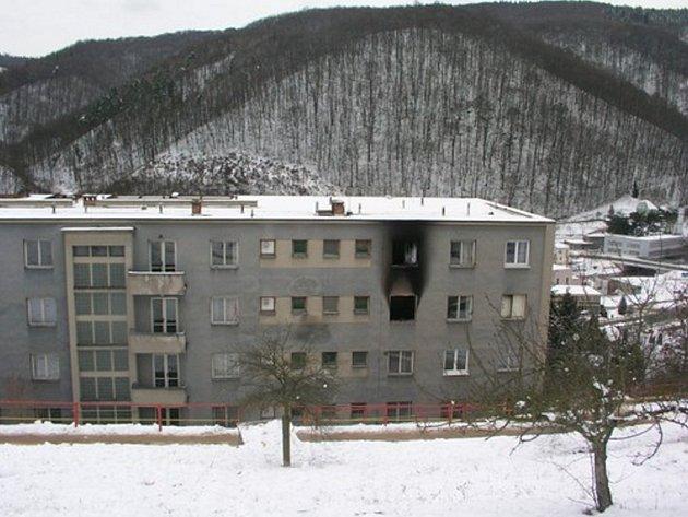 Oheň a hustý dým vyhnaly lidi z postelí ubytovny Pod Horkou v centru Adamova. V noci ze čtvrtka na pátek tam totiž v jednom z pokojů začalo hořet.