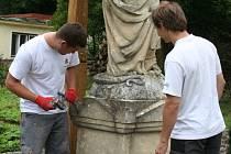 Příprava sochy Panny Marie Bolestné v Šebetově k odvozu na restaurování.