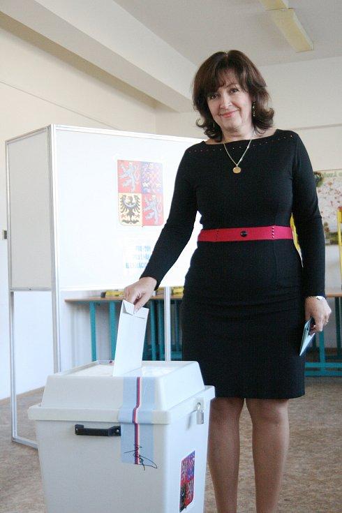 Blanenská poslankyně Lenka Dražilová hlasovala v budově bývalého učiliště blanenského podniku Metra.