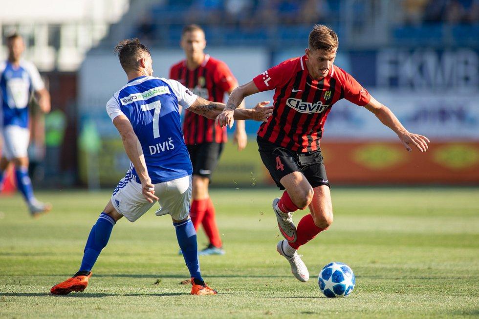Fotbalový obránce Matěj Helebrand (v červeno-černém) posílil Blansko, kde bude hostovat z prvoligové Opavy.