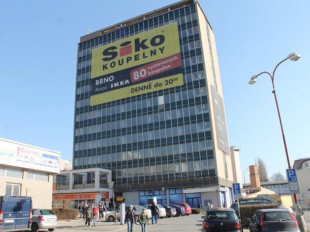 Výšková budova na okraji blanenského Wanklova náměstí.