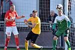 V utkání prvních dvou celků tabulky divizní skupiny D prohráli fotbalisté Slovanu Rosice (žluté dresy) s lídrem FK Blansko 1:3.