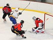 V utkání krajské hokejové ligy porazil Sokol Březina u Brna (bílé dresy) Minervu Boskovice 7:5. Hrálo se ve Vyškově.