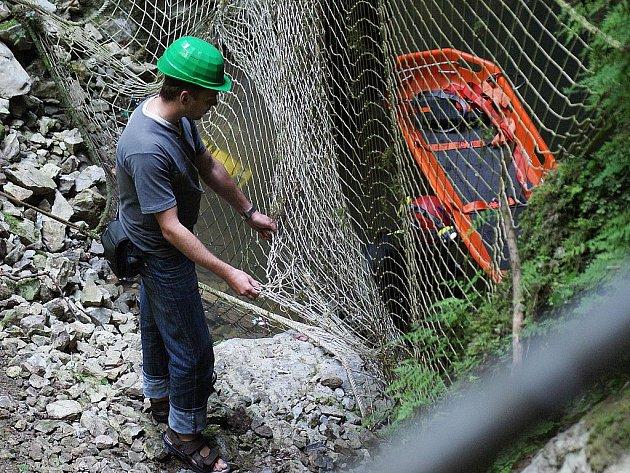 Záchranná síť v propasti Macocha - ilustrační fotografie.