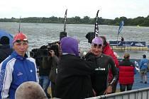 Blanenská plavkyně Silvie Rybářová (vpravo)na startu v hrabství Suffolk v Anglii. V závodě na jednu míli doplavala jako sedmá.