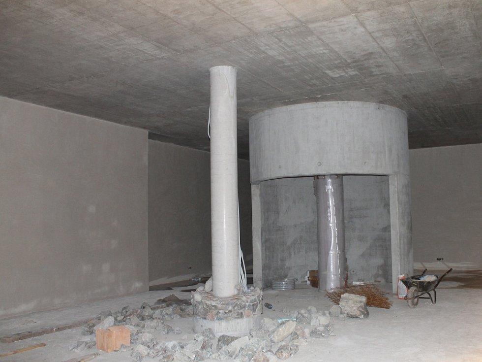 Nedaleko Kateřinské jeskyně nyní vzniká Dům přírody. U horního můstku Macochy zase nové infocentrum.