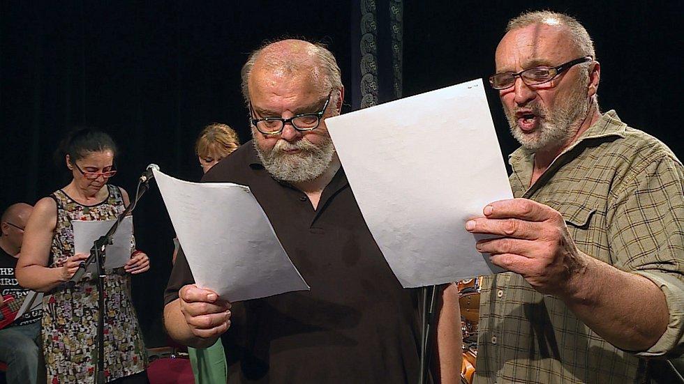 V Mezizpěvech zazní osmadvacet písniček, které se v minulosti objevily v předstveních Blanenského divadla. Soubor je znovu nacvičil a nahrál.