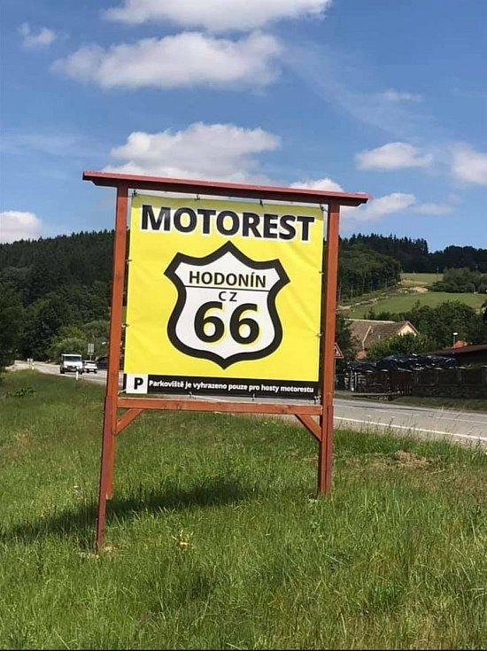 Motorest v Hodoníně u Kunštátu chce získat obec. Novému majiteli nabízí odkup nebo směnu.