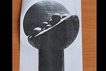 Autorem skleněných plastik předávaných laureátům ještě v roce 2003 byl Valér Kováč. Od roku 2006 dostávají ocenění lidé bronzové plastiky.