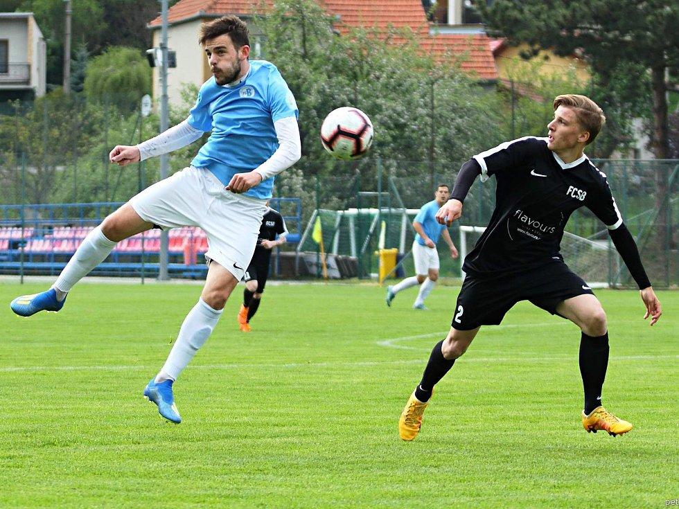 V předehrávaném utkání krajského přeboru fotbalistů prohrály vedoucí Boskovice (modré dresy) překvapivě doma se Svratkou Brno 1:3.
